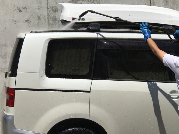 脚立に登らなくても簡単に屋根の上を洗浄可能だ