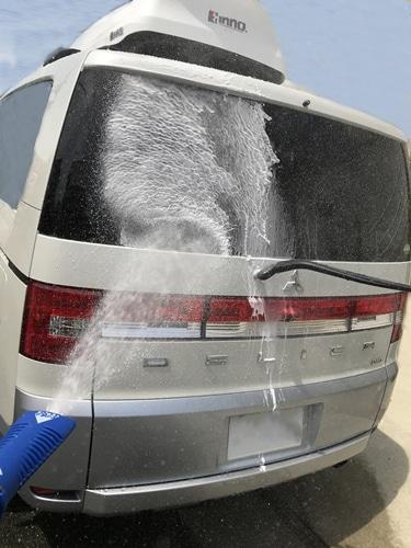 洗車でコンパウンドを洗い流す