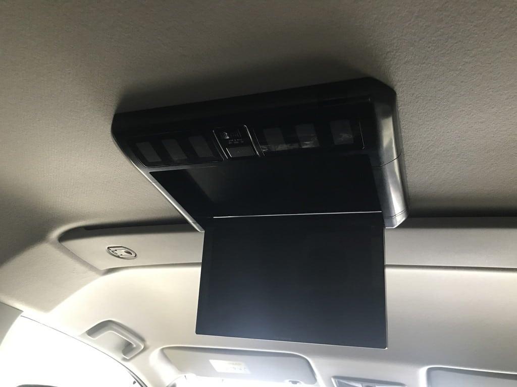 後部座席モニターを取り付け