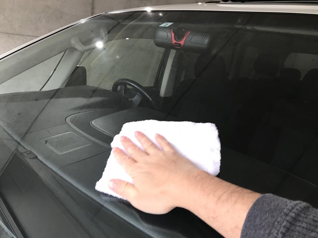 しっかりガラス窓を掃除する